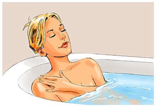 Hermosa mujer en la bañera del baño