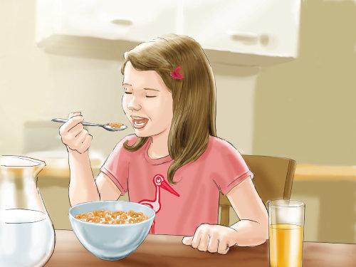 Hermosa chica desayunando