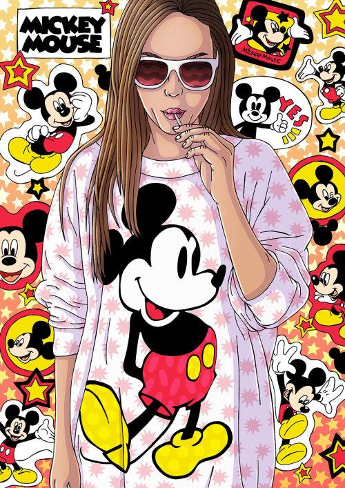 Mulheres elegantes vestindo camiseta do Mickey Mouse