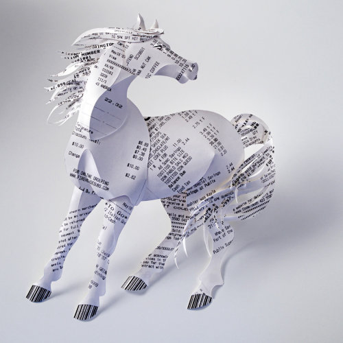 Ilustración de un caballo hecho de recibos de facturas