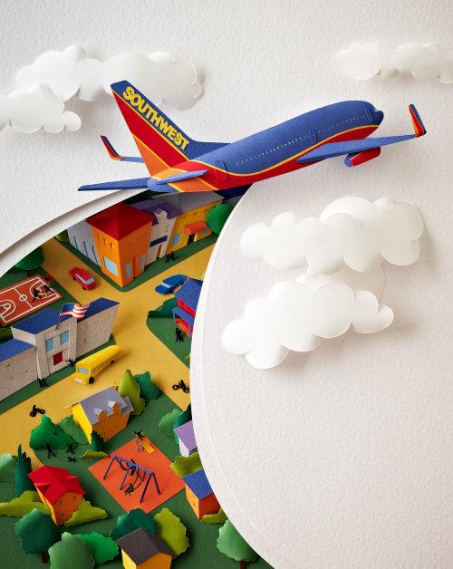 Imagen de la escultura de papel de un avión de SouthWest Airlines cortando el cielo y las nubes