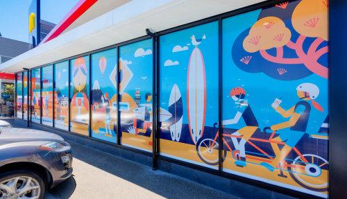 Ilustração de praia no espelho da sala de exposições