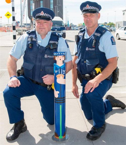 Policiais com poste de amarração pintado