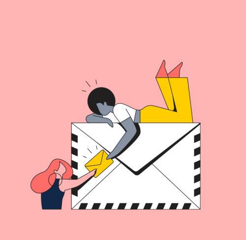 Pessoas entregando e-mails