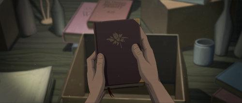 手拿着本书的剪影