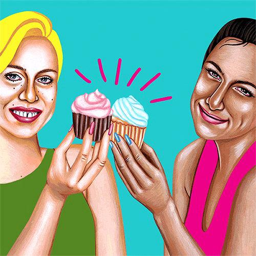 Duas meninas posando com arte de pastelaria