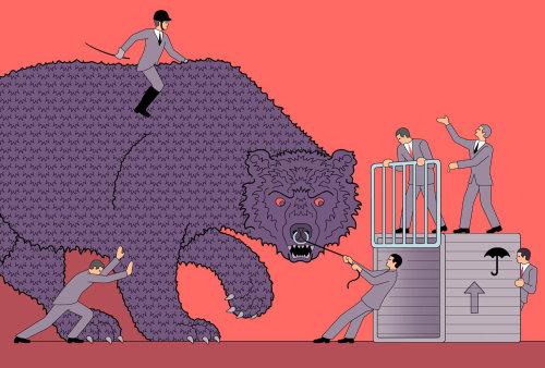 Grupo de hombres controlando el oso