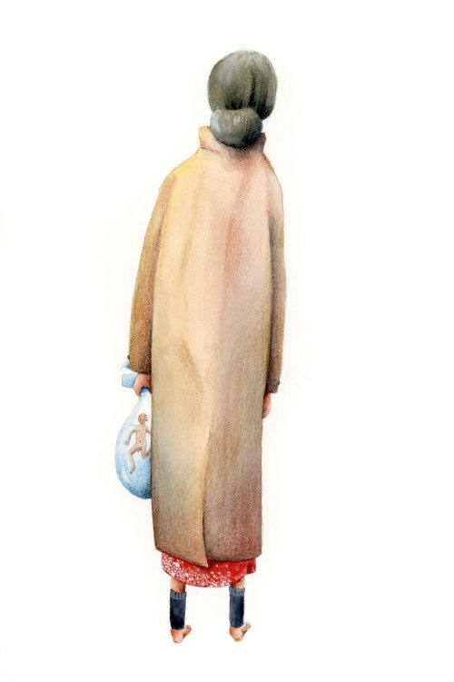 Velha mulher segurando seu marido minúsculo em um saco cheio de água