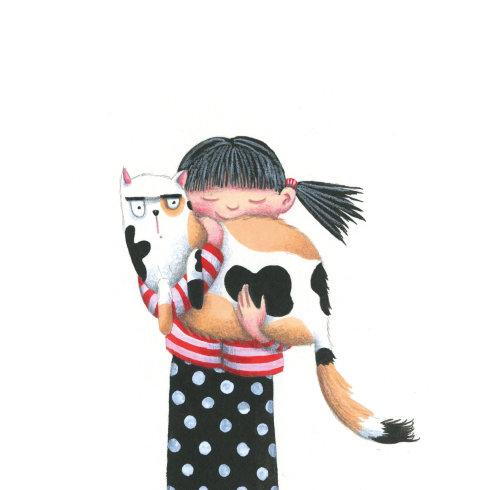 Uma garota está segurando um gato grande.