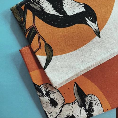 Pintura colorida de cuervos