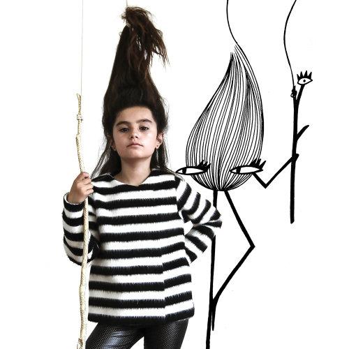 Fille de mode avec art de monstre