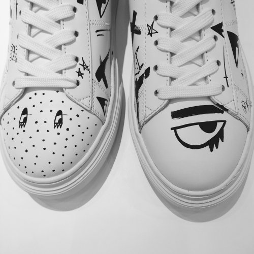Decorative big eye on shoe