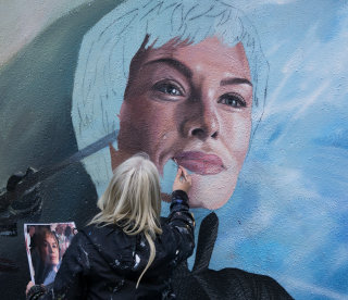 Installation of Cersei Lannister Portrait, Game of Thrones mural