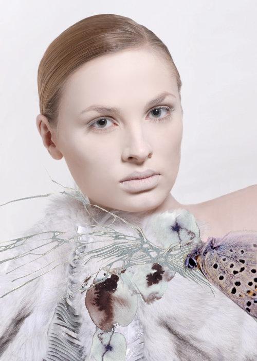 Modèle généré par ordinateur avec robe papillon