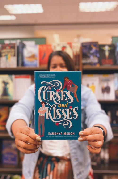 Ilustração da capa do livro Of Curses And Kisses