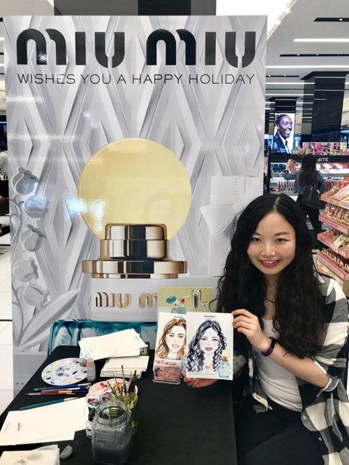 Evento ao vivo desenhando uma mulher asiática mostrando sua arte