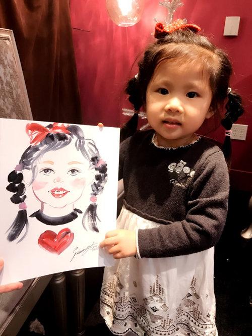 Desenho de evento ao vivo de uma linda garota com coração