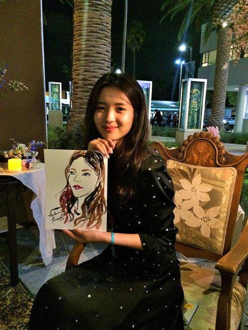 Evento ao vivo desenhando mulher sorridente com retrato