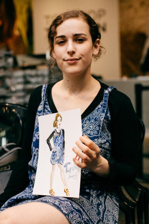 Evento ao vivo desenhando uma mulher de vestido azul
