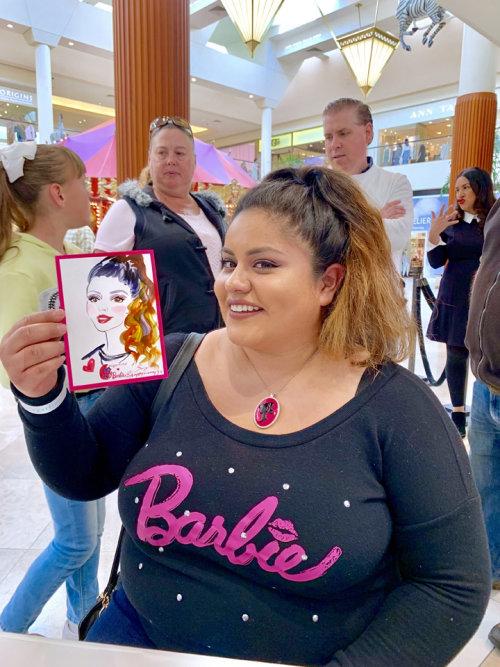 Evento ao vivo de menina com camiseta da Barbie
