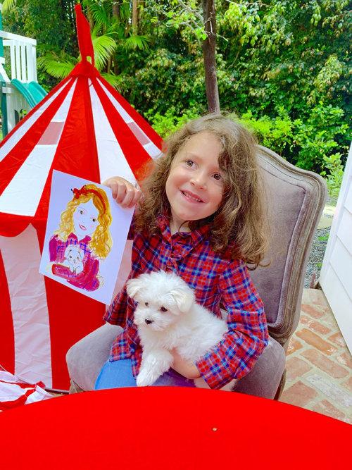 Evento ao vivo desenhando garota com seu retrato