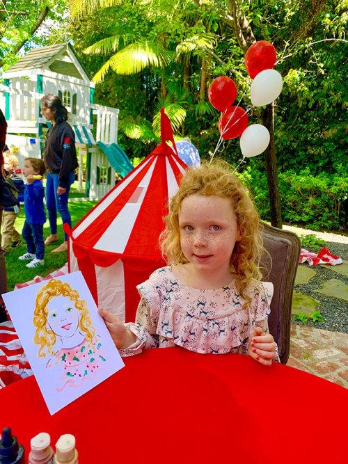 Desenho de evento ao vivo de garota de cabelo encaracolado
