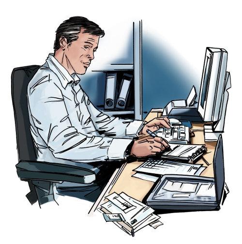 老人坐在电脑前的椅子上,在架子上的文件