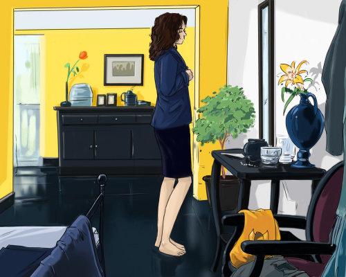 妇女准备穿蓝色外套,站在镜子前的女孩
