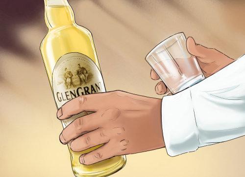瓶子和杯子在手中,男子手持酒精
