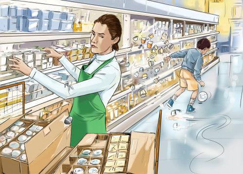 杂货店里的妇女,掉落的物品,带球的男孩,店员在架子上整理产品