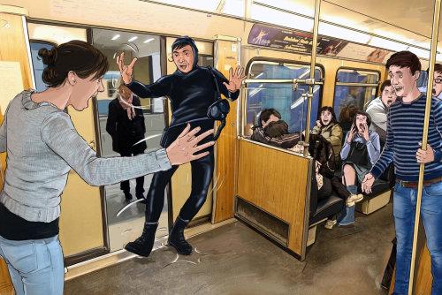 站在门口的铁轨中的黑裙子的人
