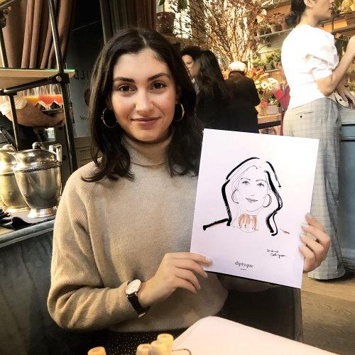 Evento en vivo Dibujo mujer mostrando su boceto