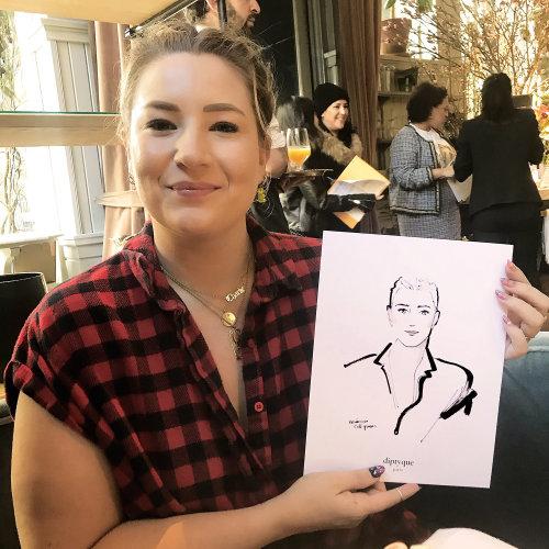 Evento en vivo dibujo mujer mostrando con orgullo su boceto