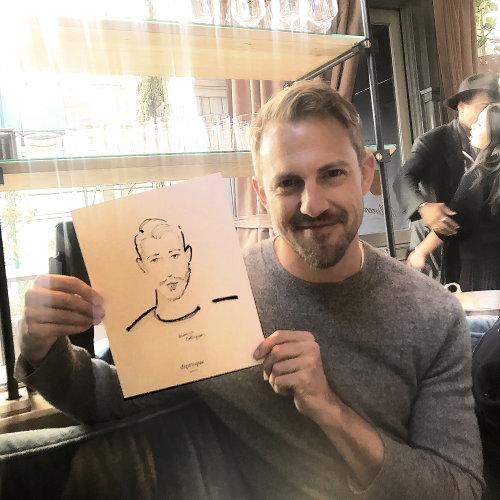 Evento en vivo Drawing man mostrando con orgullo su boceto