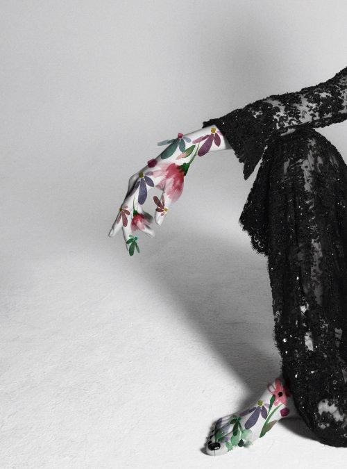 Modelo com flores à mão