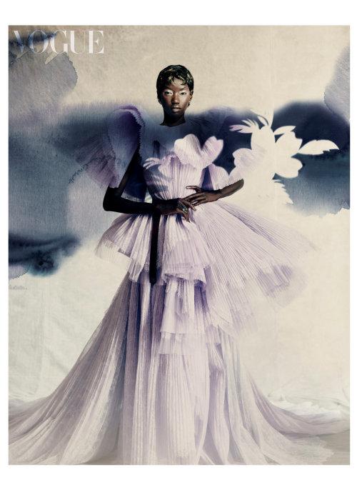 Menina da moda em pé com vestido comprido